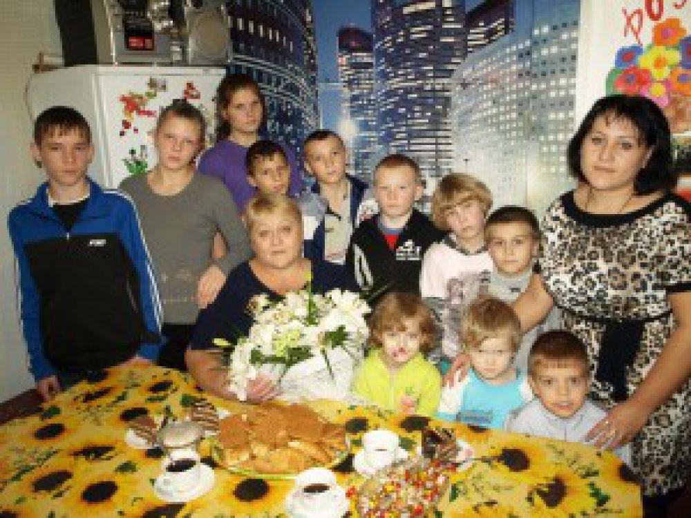 Наталья Грамакова, мама 16 детей, с семьей.