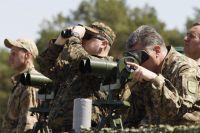 Украинский президент Петр Порошенко вовремя визита навоенный полигон «Десна».