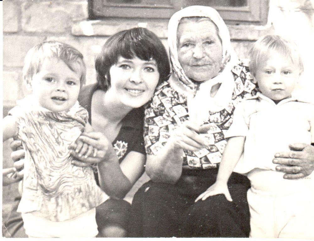 Юлия Пересыпкина с мамой, бабушкой и братом.
