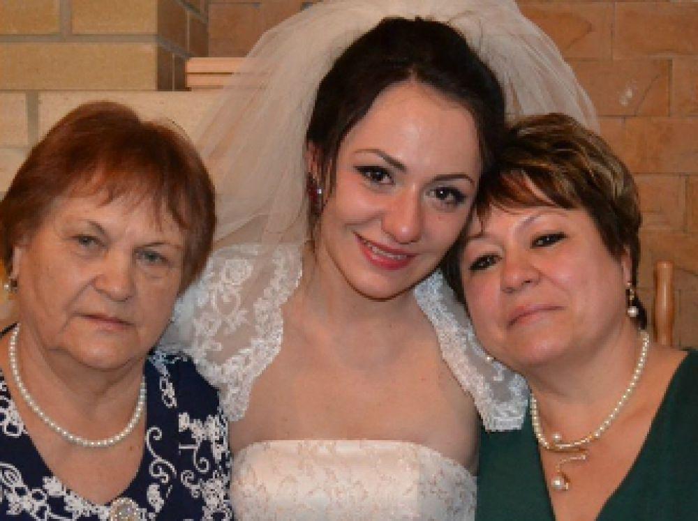 Анастасия с мамой Светланой Владимировной и бабушкой Майей Петровной.