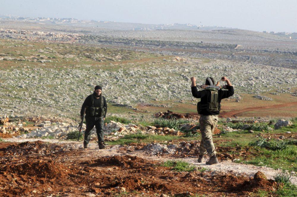 Бойцы Свободной сирийской армии прогуливаются в горах на севере Алеппо.