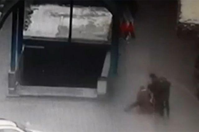 Подозреваемую задержали возле станции метро «Октябрьское поле». Кадр с сайта 360tv.ru.