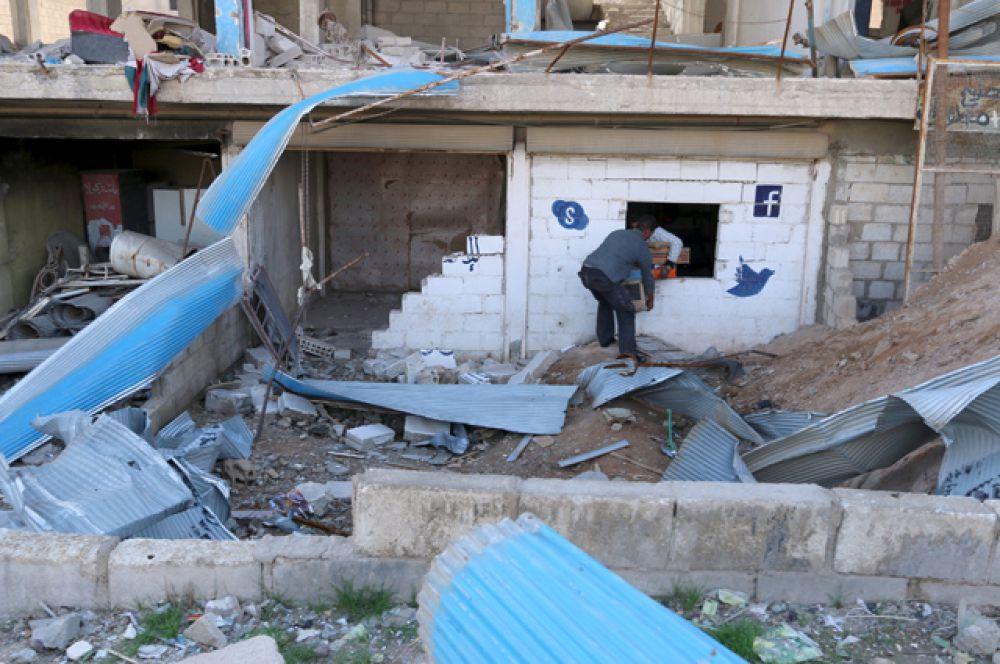 Мужчины грабят интернет-кафе в городе Аль-Шадади, Хасака.