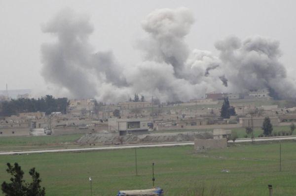 Дым, поднимающийся над городом Эт-Телль-эль-Абьяд, вид с турецкой стороны.
