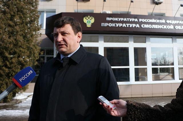 Игорь Ляхов у здания областной прокуратуры.