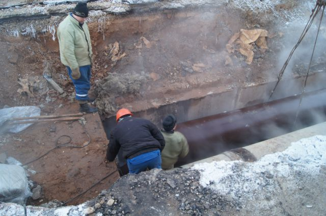 Трубы на теплотрассе в Плющихинском жилмассиве прорывало не раз