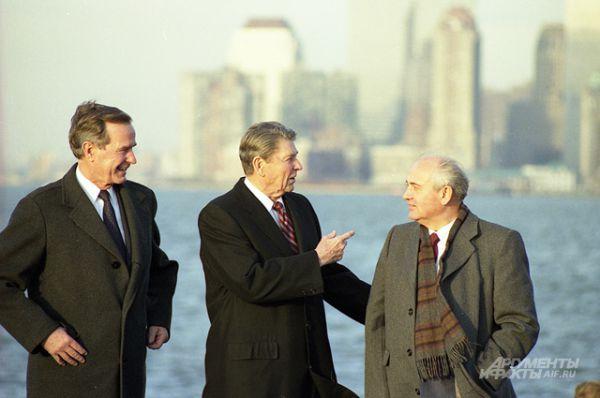 Джордж Буш-старший, Рональд Рейган и Михаил Горбачёв в Нью-Йорке, 1988 год.