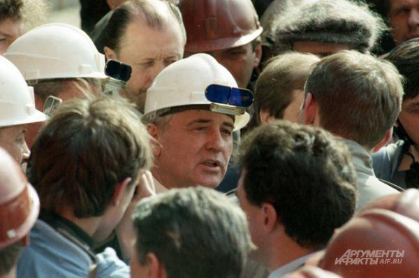 Михаил Горбачёв во время поездки в Нижний Тагил, 1990 год.