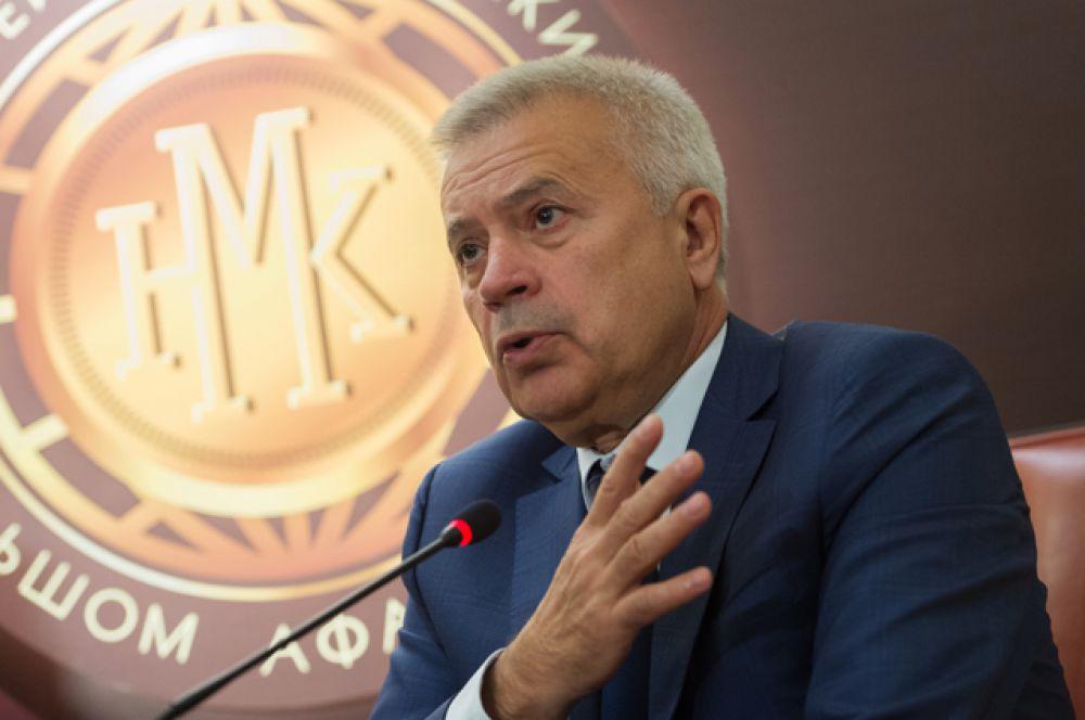 За ним следует глава «Лукойла» Вагит Алекперов (состояние сократилось на $3,3 млрд — до $8,9 млрд, место в мировом рейтинге — 124).