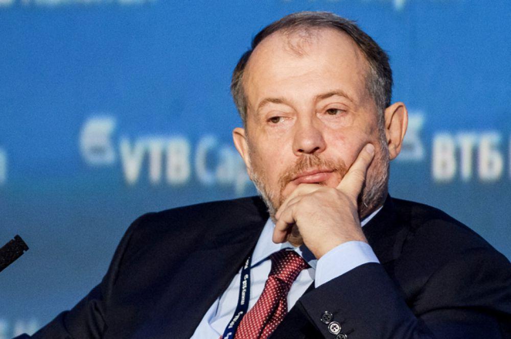 Восьмую строчку занимает владелец Новолипецкого металлургического комбината Владимир Лисин (состояние уменьшилось на $2,3 млрд — до $9,3 млрд, место в мировом рейтинге — 118).
