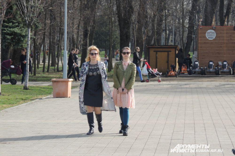 Краснодарцы одеваются по-разному: некоторые еще в куртках, а кто-то уже в футболках.