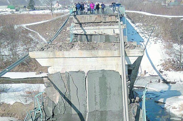Мост рухнул в праздничный день.
