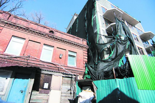 Историческое здание и высотка не ужились вместе.