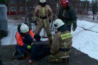 10-летнего мальчика вытаскивают из колодца. Ему повезло остаться в живых.