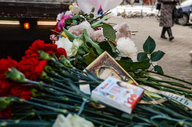 Цветы иигрушки впамять обубитой девочке увхода настанцию метро «Октябрьское поле» вМоскве.