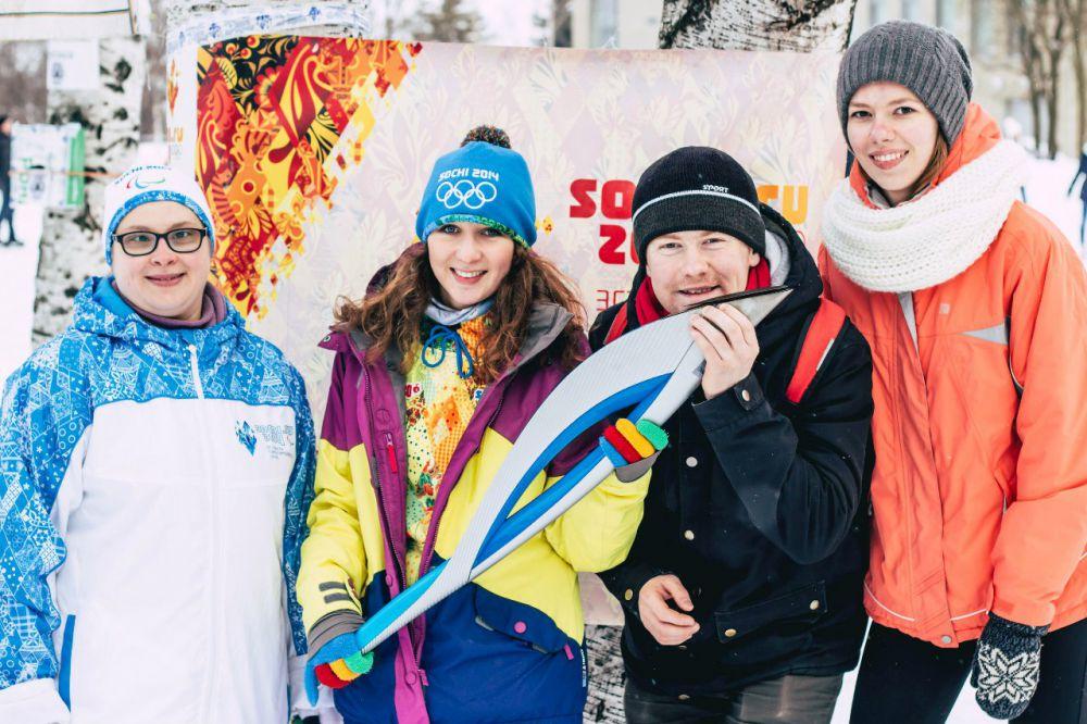 Желающие фотографировались с олимпийским факелом