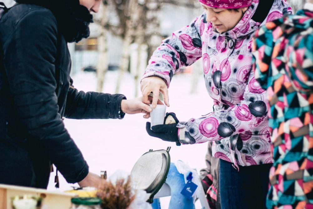 Волонтёры угощали горожан горячим чаем