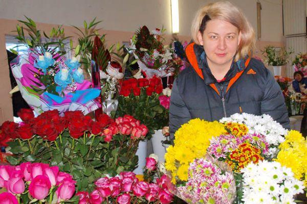 На рынке можно приобрести традиционные для 8 марта цветы – тюльпаны и мимозы, а также более изысканные экземпляры флоры – розы, орхидеи, лилии.
