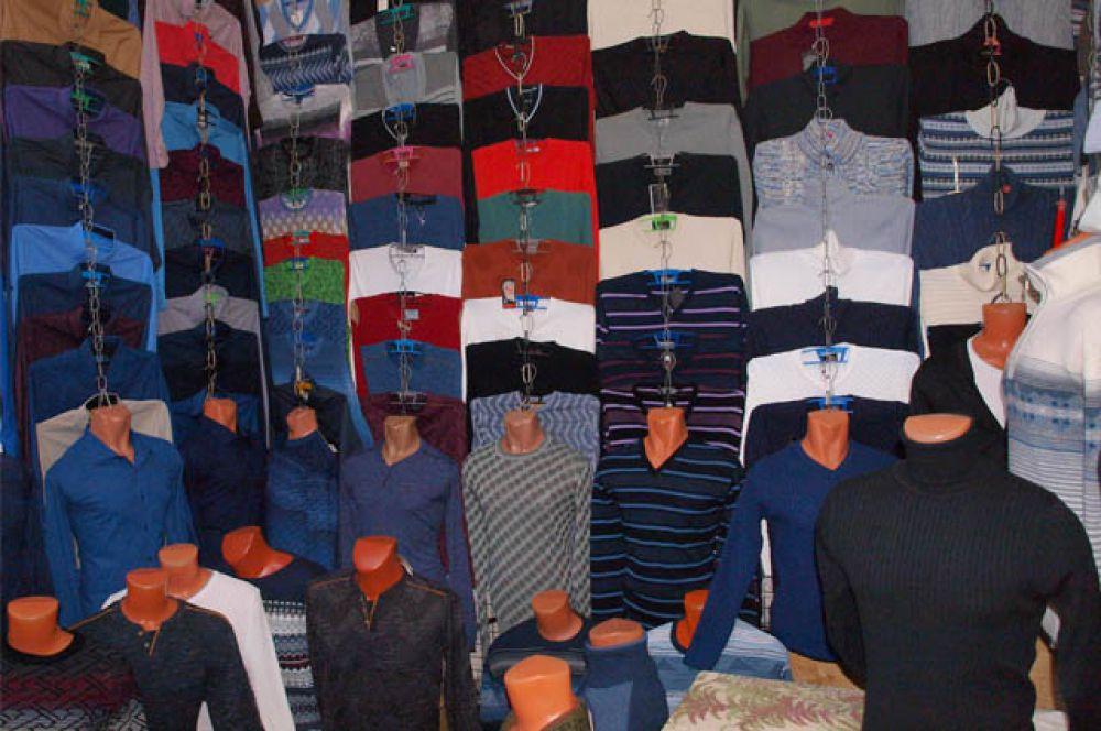 На рынке отличный выбор одежды и обуви для мужчин.