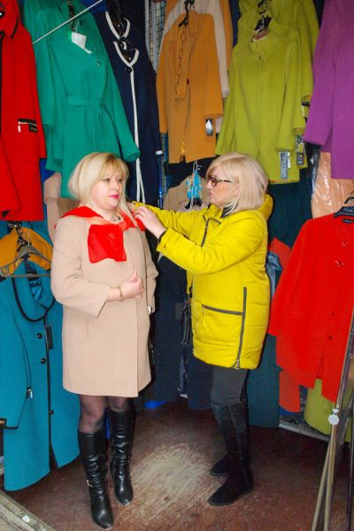 Продавцы ТК ООО «Рассвет» помогут женщинам подобрать наряды, в которых они будут выглядеть стильно и привлекательно.