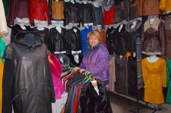 На Тракторном рынке большой ассортимент демисезонной верхней одежды для женщин.