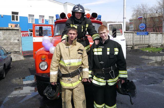 Мужчины-пожарные свою единственную сотрудницу берегут и опекают.