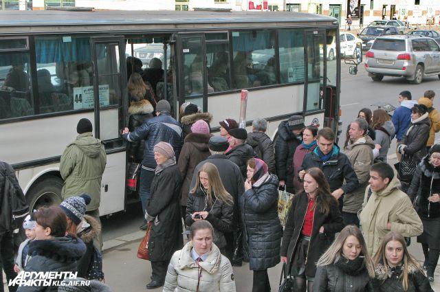 Накануне на автобусных остановках в Калининграде было очень многолюдно.
