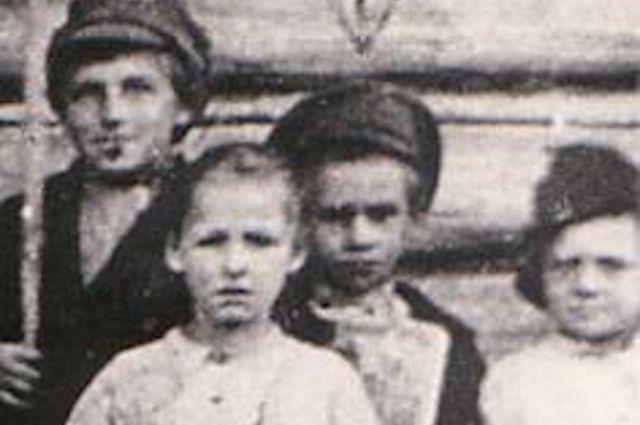 Единственное сохранившееся фото: Павлик Морозов - в середине снимка в фуражке.