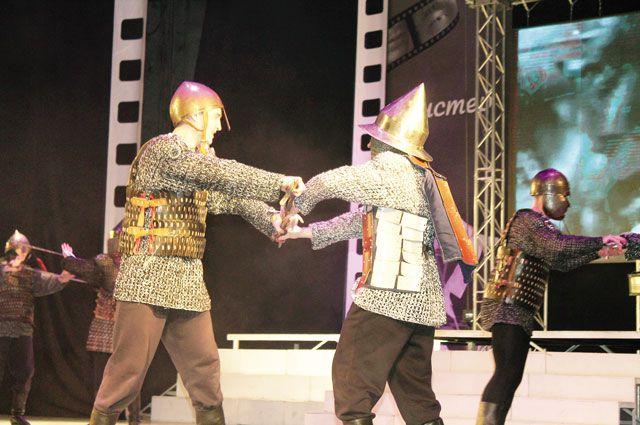 На сцене разворачивались «настоящие» средневековые бои.