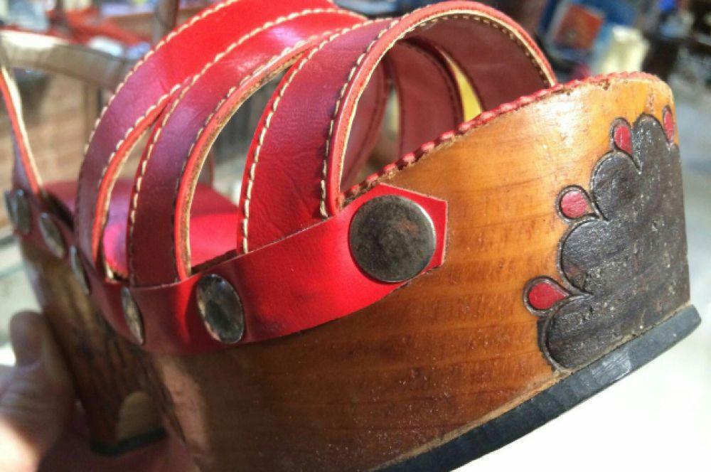 Подпольные сабо с деревянной подошвой и узором, который делали прибором для выжигания.