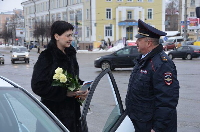 Поздравить смолянок с 8 Марта вышел на дорогу сам начальник областной ГИБДД.