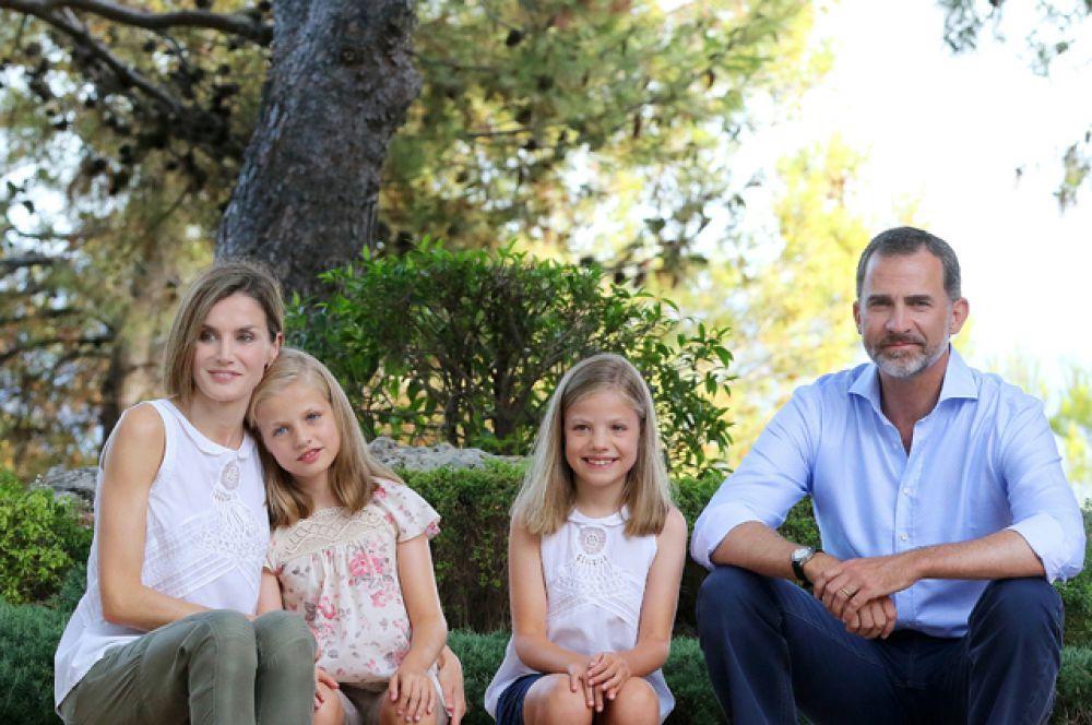 Принцесса Леонор де Тодос лос Сантос де Бурбон и Ортис Испанская (на фото: вторая слева) — принцесса Астурийская, старшая дочь в семье короля Испании Филиппа VI и его жены Летисии, внучка короля Испании Хуана Карлоса I и королевы Софии. Старшая сестра инфанты Софии. Родилась 31 октября 2005 года.