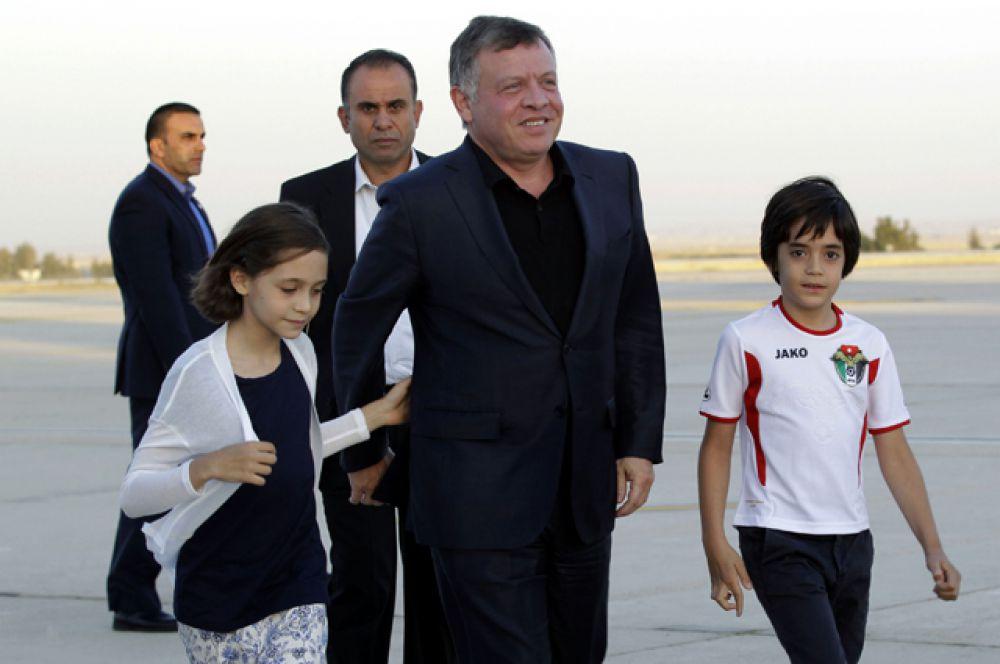 Принц Иордании Хашим бин Абдулла (на фото: крайний справа), родители: король Абдалла II ибн Хусейн (на фото: в центре) и королева Рания аль-Абдулла. Первый в очереди на престол.