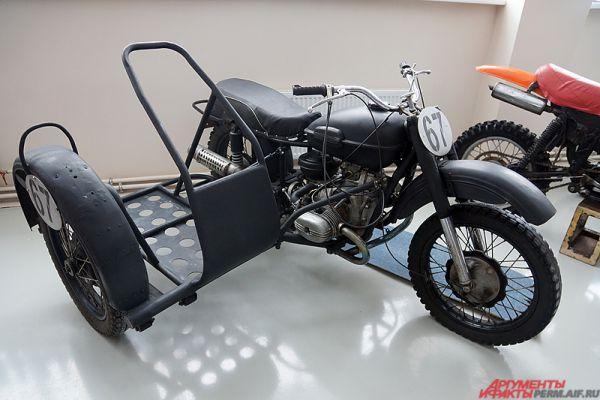Трековый мотоцикл с коляской.
