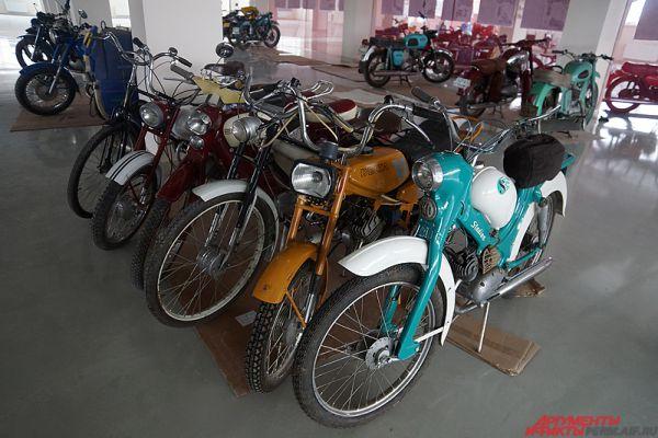 Ещё один стенд отведен мокикам, то есть мопедам, сделанным по схеме обычного мотоцикла.
