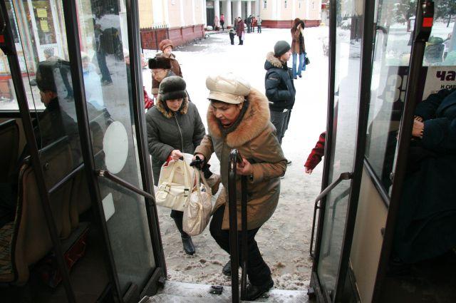 Женщина выпала из автобуса.