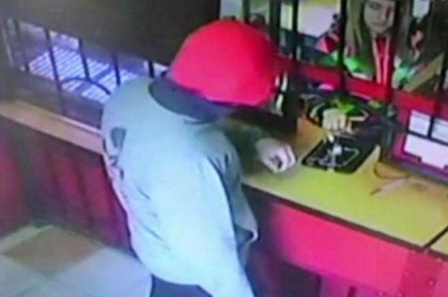 Мужчина ограбил ломбард и спрятал украшения.