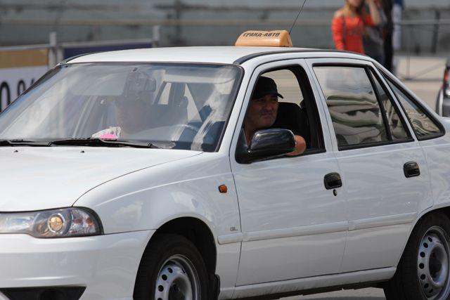 Таксисты грабили пассажиров.