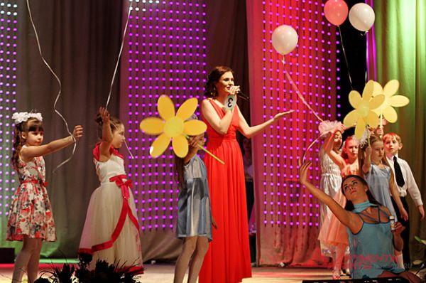 Карина Шатрок, следователь отделения полиции «Линевское» Межмуниципального отдела МВД России «Искитимский», лейтенат юстиции, спела красивую песню.