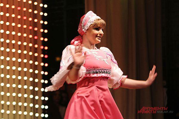 Елена Никоненко, инспектор по исполнению административного законодательства Межмуниципального отдела МВД России «Венгеровский», старший лейтенант полиции, исполнила танец барыня.