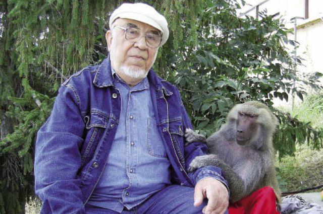 Алексей Акименко много путешествует. В порту Саратова его каждый год встречает обезьянка, которая фотографируется с туристами.