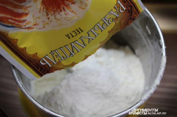 В оставшуюся муку добавляем разрыхлитель, и постепенно вводим смесь в наше тесто. Греем вторую часть молока и также добавляем в тесто. Все тщательно перемешиваем.