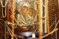 Паломники, получившие помощь Богородицы, несут к иконе в благодарность золотые украшения.