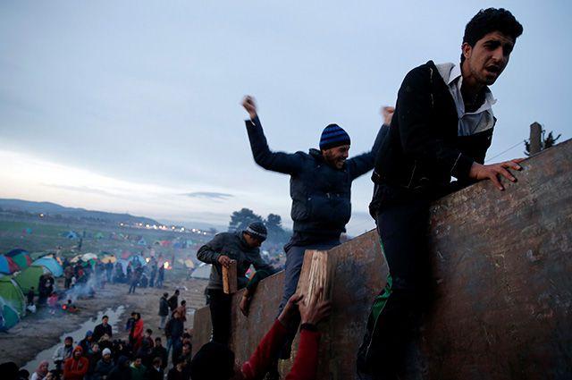 Толпа ломает барьеры иразбегается потерритории Евросоюза.