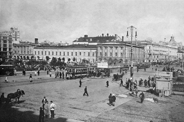 После революции магазин был национализирован и открыт под именем Мосторг, а позднее переименован в ЦУМ. Но политика универмага не изменилась — только самые лучшие товары и широчайший ассортимент. Москва, Театральный проезд. 1928 год.