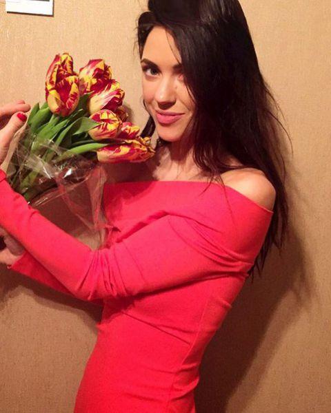Вактория из НеАнгелов позировала с букетом тюльпанов от возлюбленного