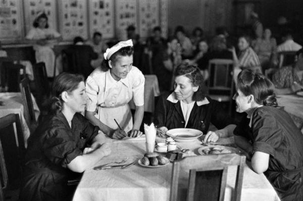 Столовая для сотрудников ЦУМа. 1948 год.