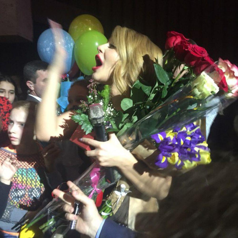 Кроме внимания певица получила цветы и подарки