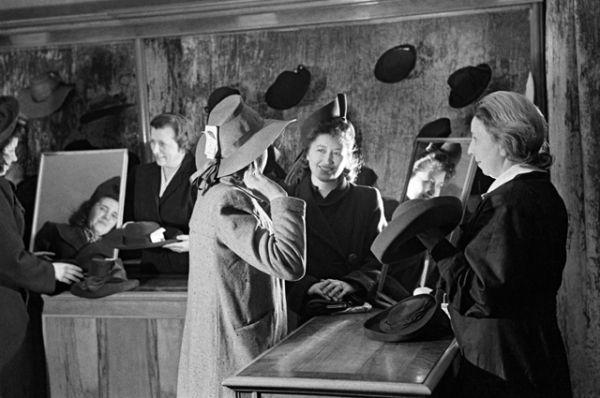 В отделе женских головных уборов Центрального универсального магазина. 1950 год.