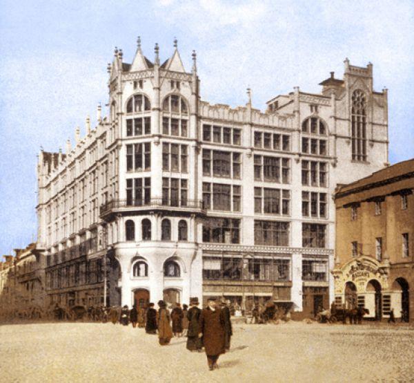 Два пожара — в 1892 и в 1900 году — повлекли за собой строительство нового здания. В 1908 году открылся семиэтажный магазин, построенный по проекту архитектора Романа Клейна в стиле неоготики.
